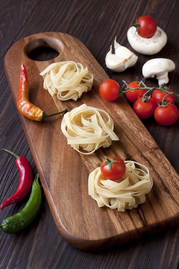 Teigwaren mit Pilzen und Tomate lizenzfreie stockbilder