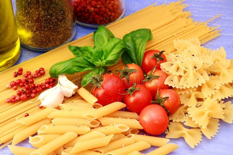 Teigwaren mit Tomaten und Basilikum lizenzfreie stockfotografie