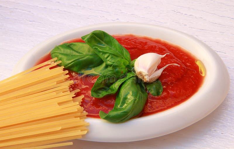 Teigwaren mit Tomaten und Basilikum lizenzfreies stockfoto