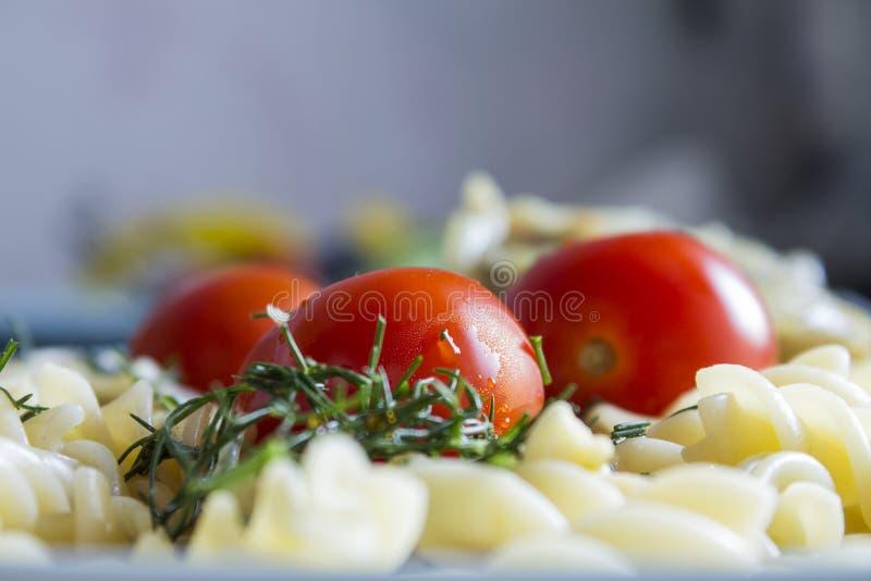 Teigwaren mit Tomaten und Kräutern stockbilder