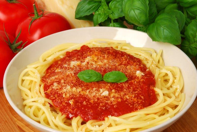 Teigwaren mit Tomatensauce lizenzfreie stockfotos