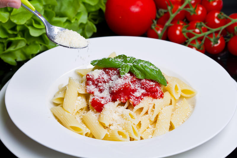Teigwaren mit Tomatensauce und Basilikum stockfotos