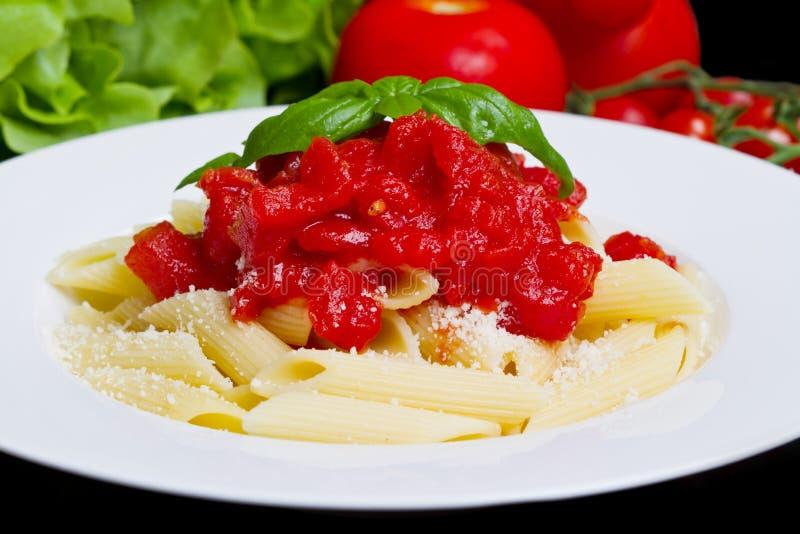 Teigwaren mit Tomatensauce und Basilikum lizenzfreie stockbilder