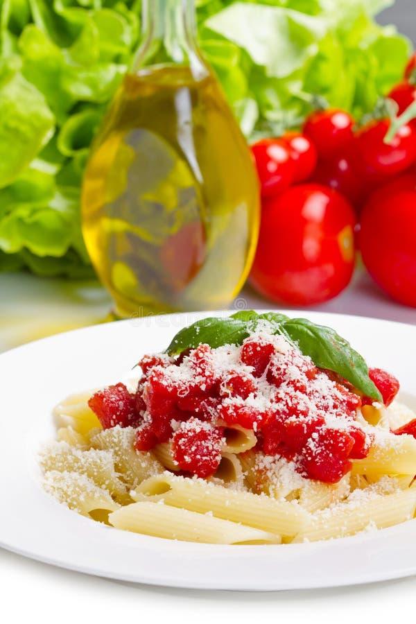 Teigwaren mit Tomatensauce und Basilikum stockbild
