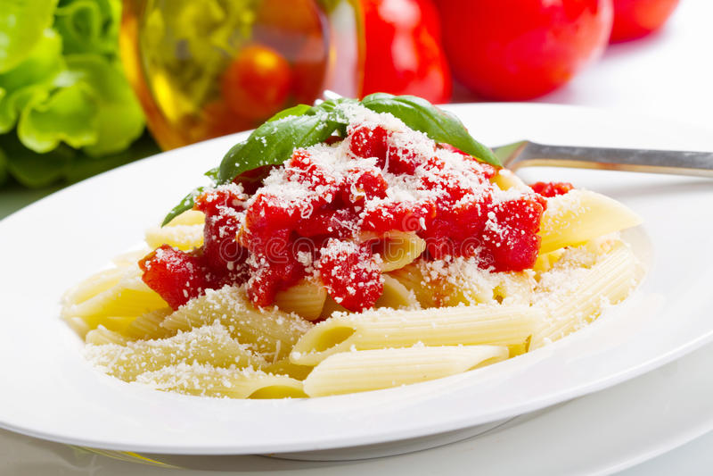 Teigwaren mit Tomatensauce und Basilikum stockfotografie