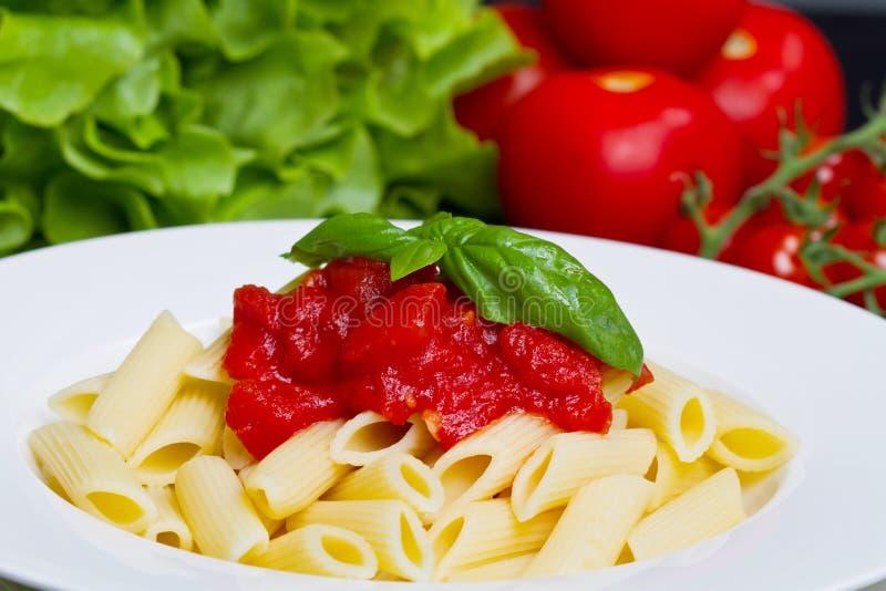 Teigwaren mit Tomatensauce und Basilikum stockbilder