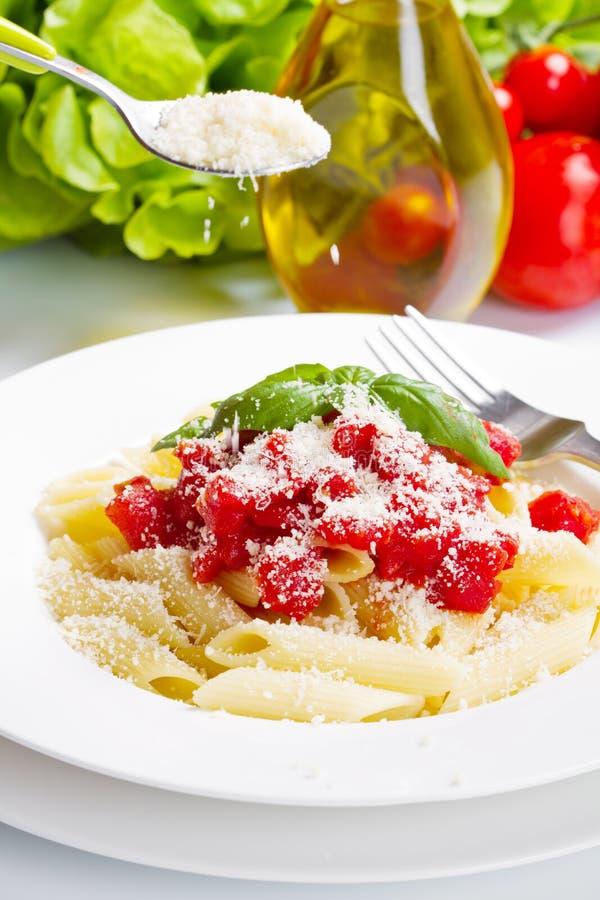 Teigwaren mit Tomatensauce und Basilikum lizenzfreies stockfoto