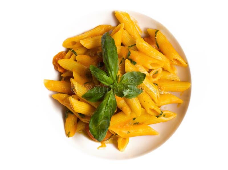 Teigwaren mit Tomatensauce und Kräutern lizenzfreie stockfotos