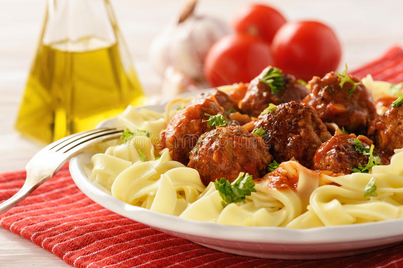 Teigwaren mit Truthahnfleischklöschen in der Tomatensauce lizenzfreie stockfotos