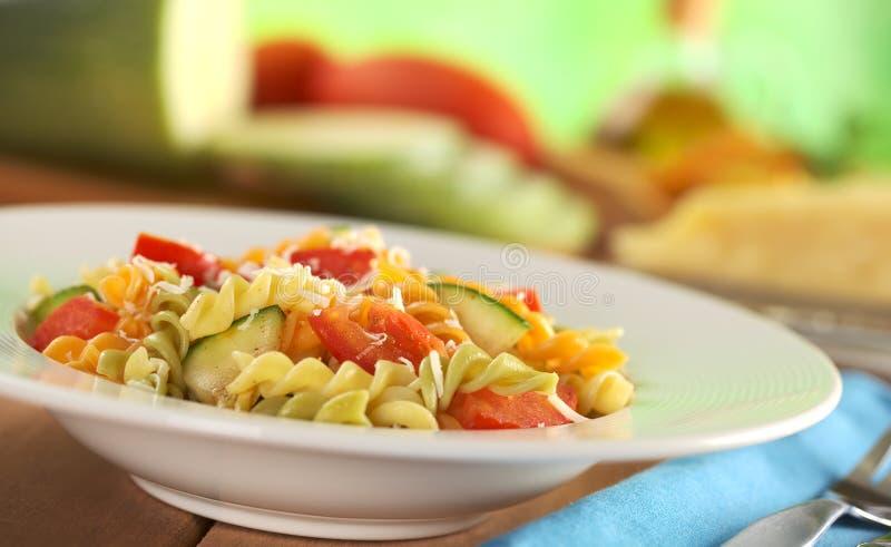 Teigwaren mit Zucchini, Tomate und Käse lizenzfreies stockbild