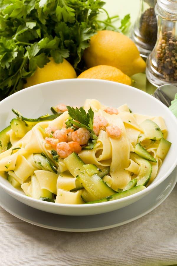 Teigwaren mit Zucchini und Garnelen stockfotografie