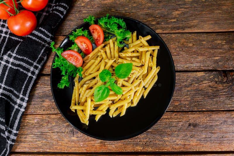 Teigwaren penne Nahaufnahme mit berühmter italienischer Mahlzeit der Pestosoße stockbilder