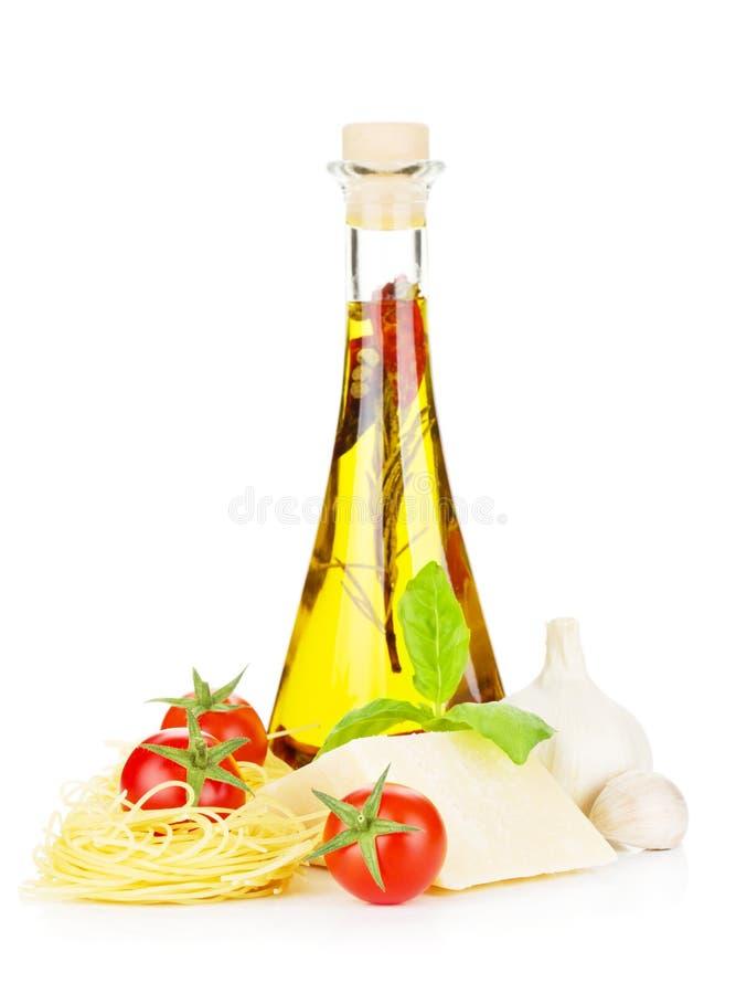 Teigwaren, Tomaten, Basilikum, Olivenöl und Parmesankäseparmesankäse stockbild