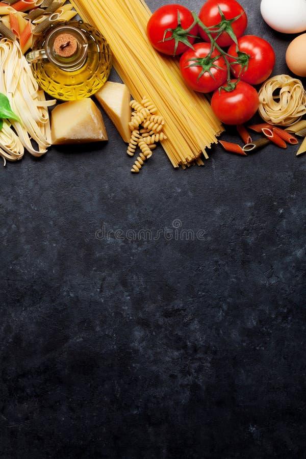 Download Teigwaren und Bestandteile stockfoto. Bild von italienisch - 90236622