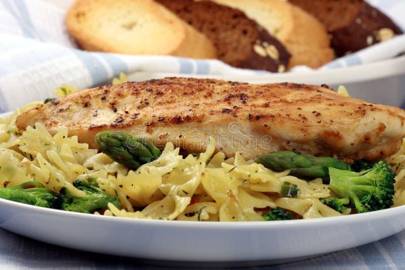 Teigwaren- und Hühnchenbrustmahlzeit stockbild