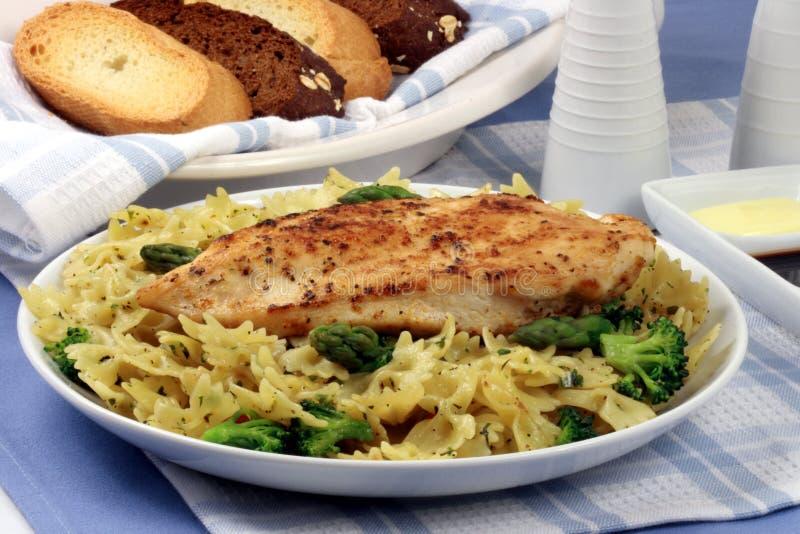 Teigwaren- und Hühnchenbrustmahlzeit lizenzfreie stockbilder