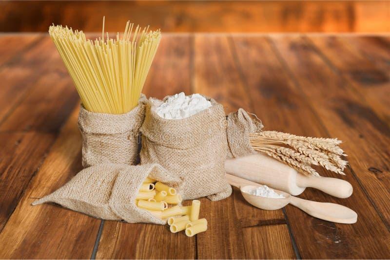 Teigwaren und Mehl stockbilder