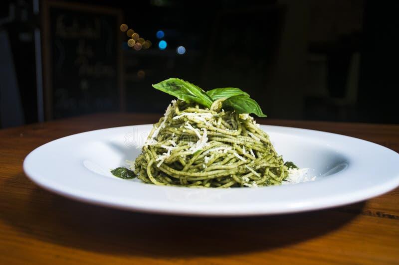 Teigwarenal Pesto lizenzfreie stockfotografie