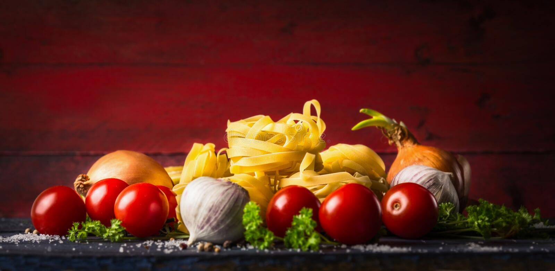 Teigwarenbandnudeln mit Tomaten, Kräutern und Gewürzen für Tomatensauce lizenzfreies stockfoto