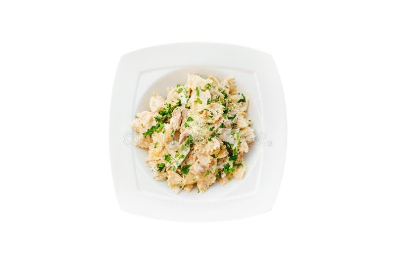 Teigwarenhuhn, Pilze, Creme, grüner Paprika, Zwiebel, Petersilie, Basilikum auf weißer Platte Isolationsschlauch getrennt auf wei lizenzfreie stockfotos
