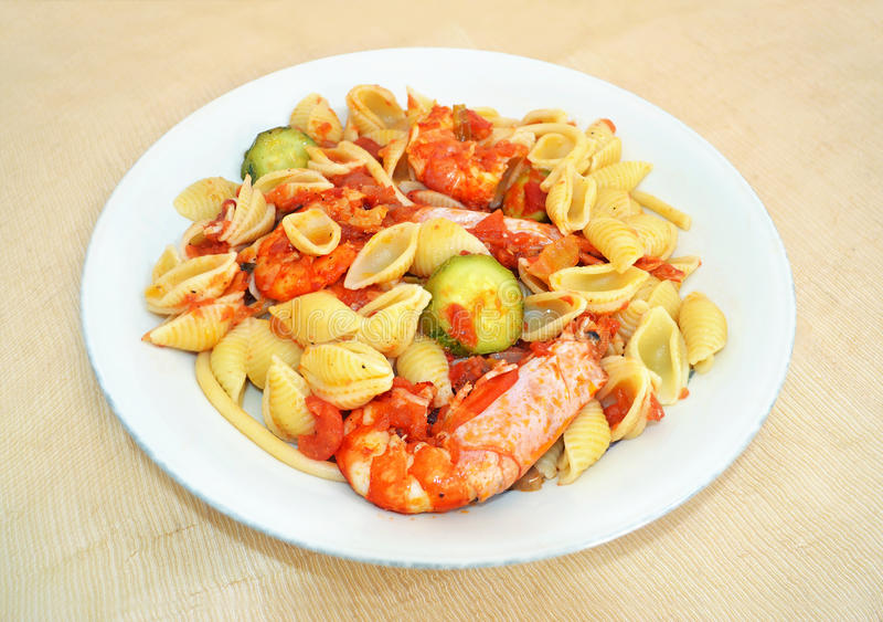 Teigwarenoberteil mit Garnelen und Tomatensauce stockbilder