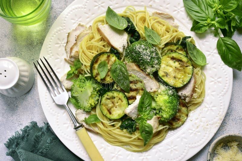 Teigwarenspaghettis mit grünem Gemüse und der gebratenen Hühnerbrust lizenzfreies stockbild