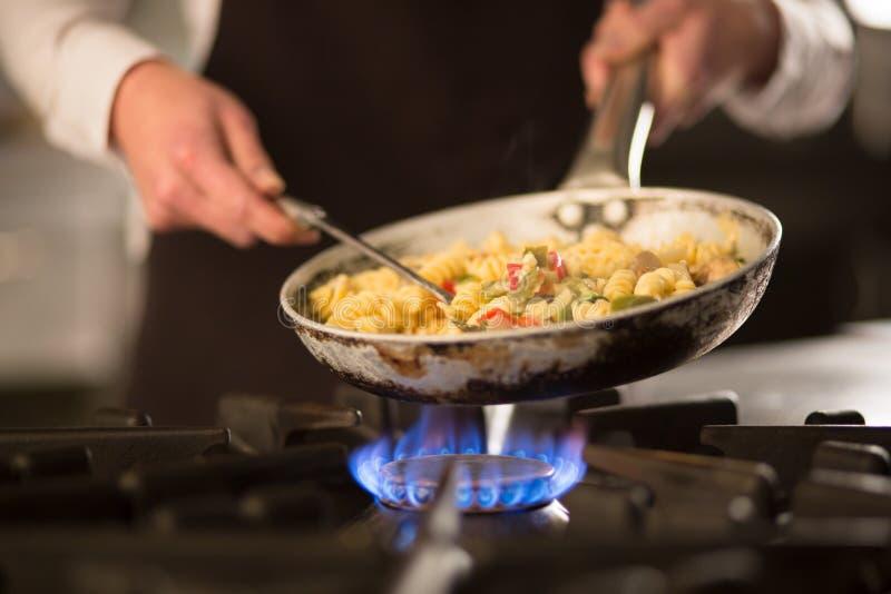 Teigwarenteller mit Gemüse auf Ofen lizenzfreie stockfotografie