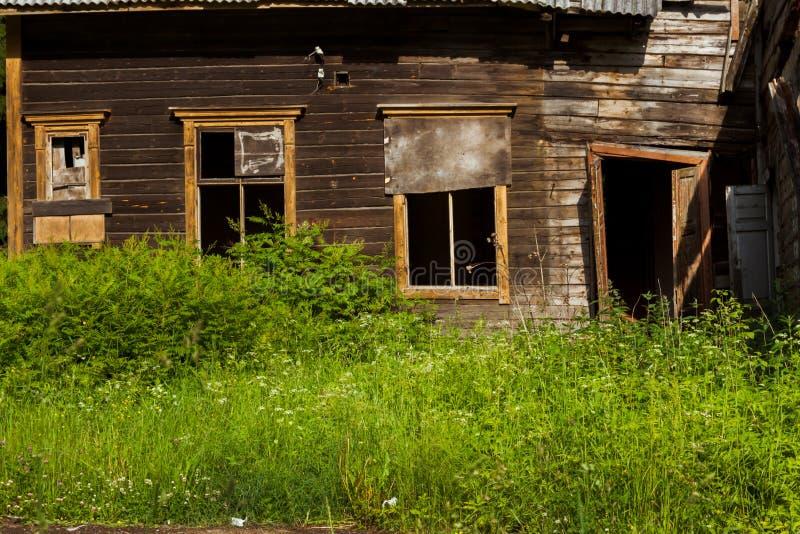Teil altes Weinleserusse-Haus izba ohne Fenster und Tür lizenzfreie stockfotos