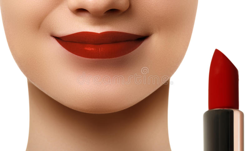 Teil attraktiven Frau ` s Gesichtes mit rotem Make-up der Mode Lippen MA stockbild