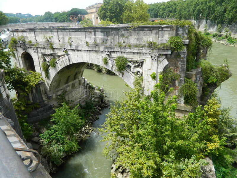 Teil der alten Brücke in Rom stockbild