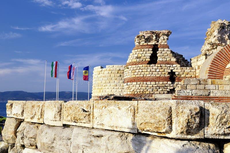 Teil der alten Stadtmauer in der Stadt von Nesebar in Bulgarien lizenzfreie stockfotos