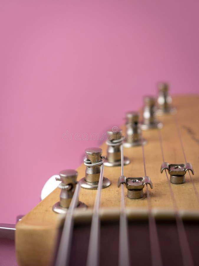 Teil der elektrischen Gitarre isolierten rosa Hintergrund stockbild