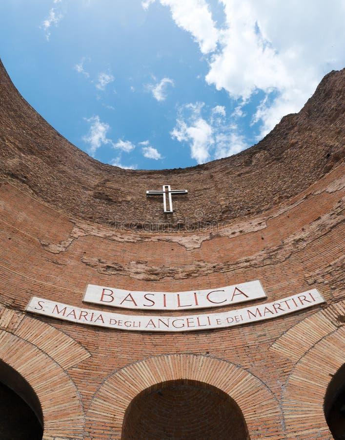 Teil der Fassade der Basilika von St Mary der Engel und der Märtyrer Schöne alte Fenster in Rom (Italien) lizenzfreies stockfoto