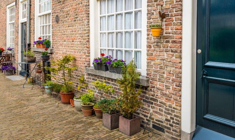 Teil der Fassade des historischen beguinage in der niederländischen Stadt O stockfotografie