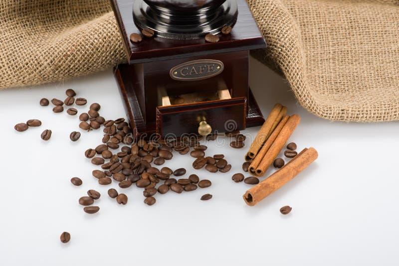 Teil der Kaffeemühle mit Bohnen stockfoto