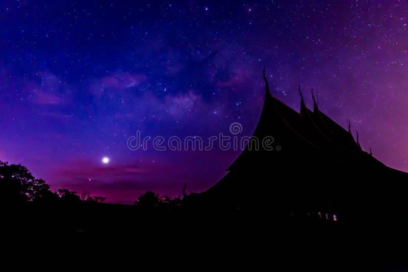 Teil der Milchstraße über dem Tempel, Thailand lizenzfreies stockfoto