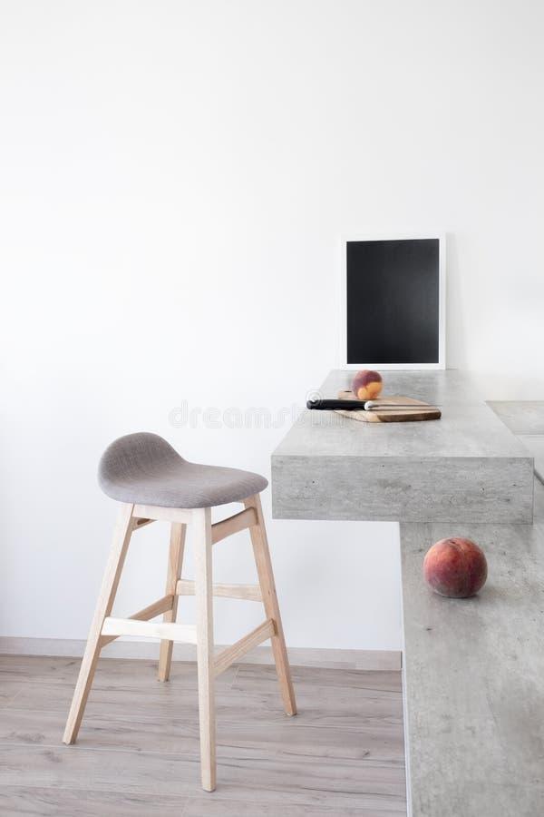 Teil der modernen skandinavischen Artküche: Stangenzähler mit Stangenzähler und -pfirsichen lizenzfreies stockfoto