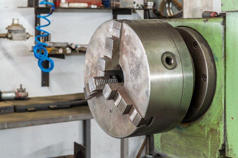 Teil der Schleifmaschine der Drehbank in der Fabrik lizenzfreie stockbilder