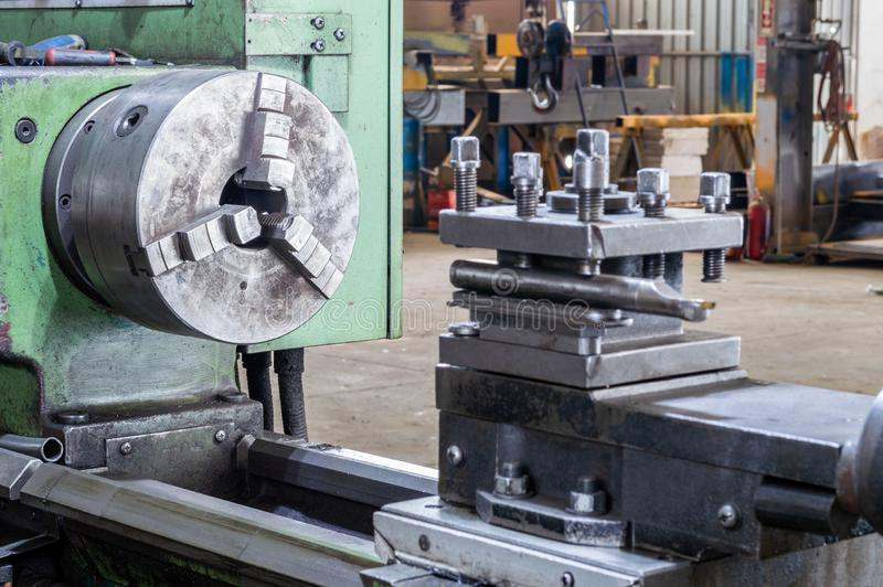 Teil der Schleifmaschine der Drehbank in der Fabrik stockbilder