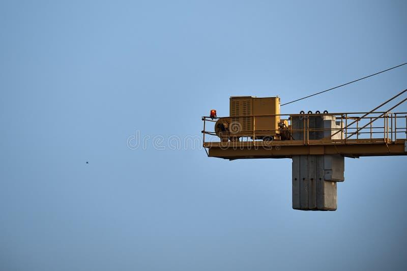 Teil des gelben BauTurmkranarmes gegen blauen Himmel lizenzfreies stockfoto