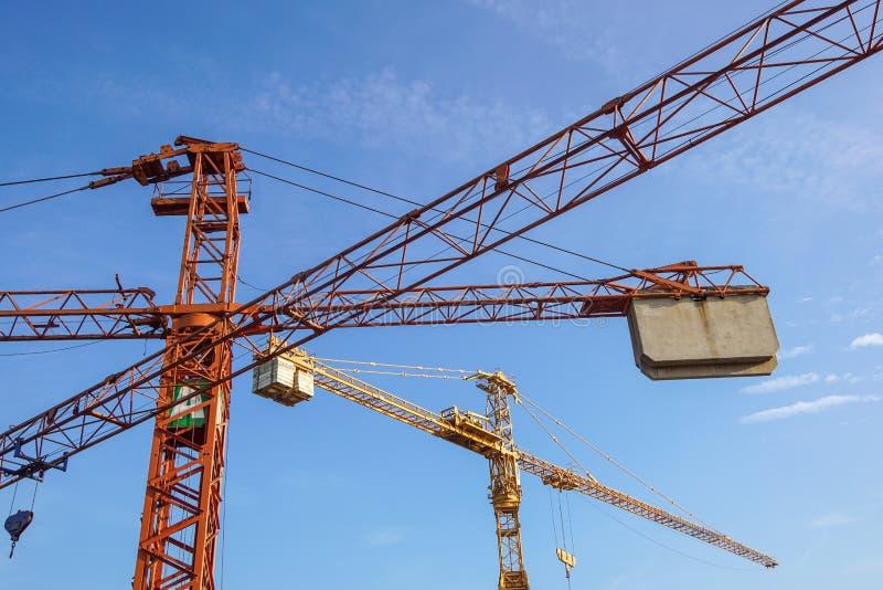 Teil des gelben BauTurmkranarmes gegen blauen Himmel lizenzfreie stockfotos