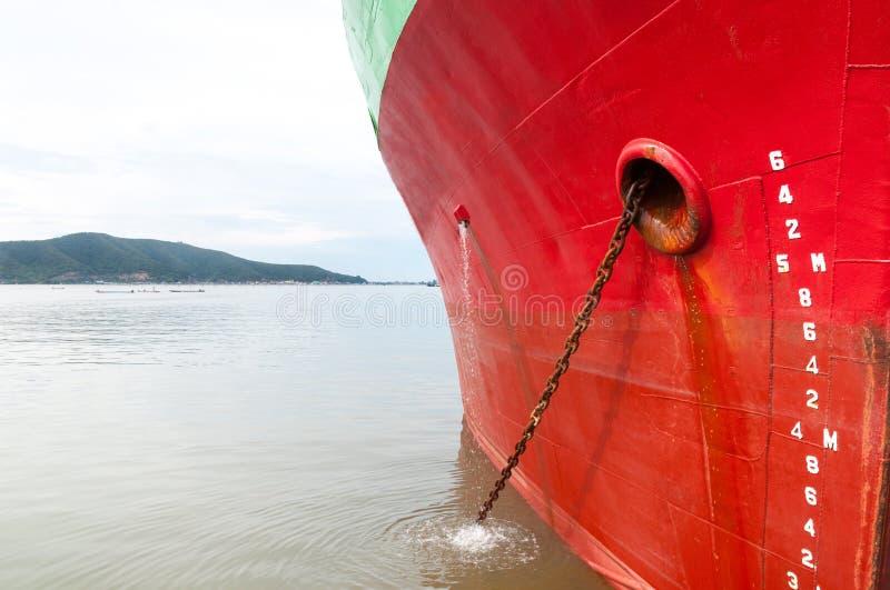 Teil des großen Frachtschiffs des Schiffs mit vielen Versandverpackung im Hafen lizenzfreie stockbilder