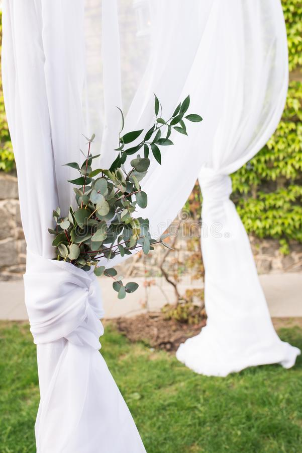 Teil des Hochzeitsbogens verziert mit schönem Bündel des Eukalyptus sonderkommandos lizenzfreies stockfoto