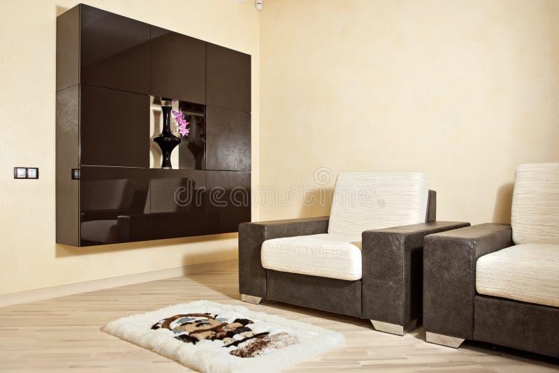 Teil des Innenraums mit Lehnsessel, Teppich und Nische stockfotos