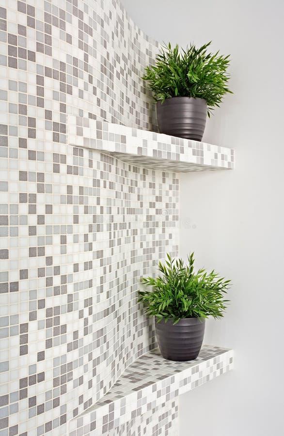 Teil des Innenraums mit Mosaik und Grünpflanzen lizenzfreie stockfotos