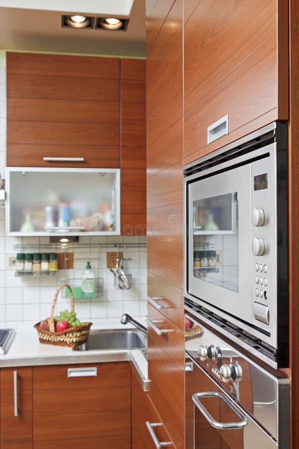 Teil des Kücheinnenraums mit hölzernen Möbeln lizenzfreies stockfoto