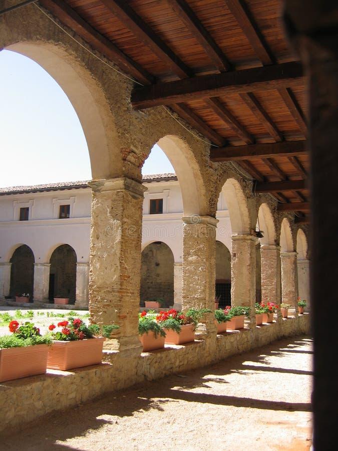 Teil des Klosters der Basilika von St Francis zu Amatrice vor dem Erdbeben Italien stockfotografie