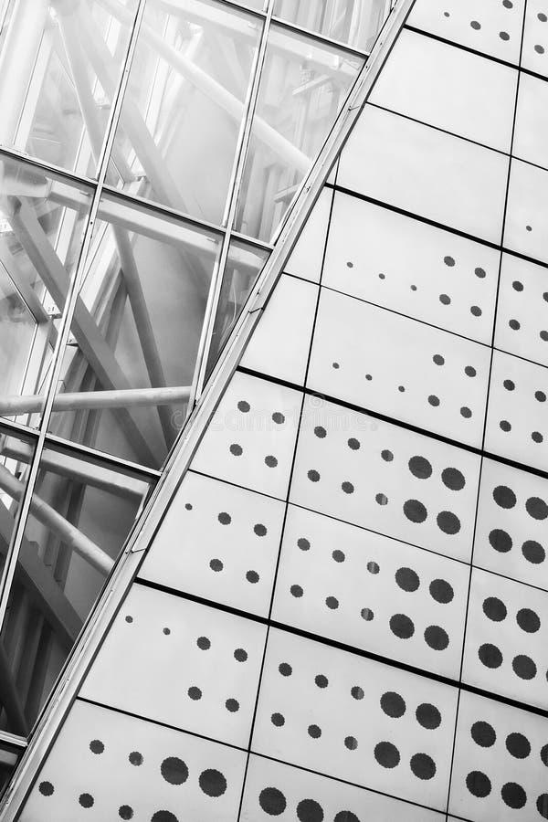 Teil des Metallbaus des Aufzugs auf der Brücke, abstrakter Hintergrund stockfoto