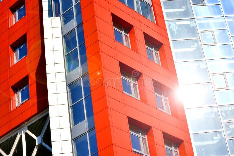 Teil des modernen Gebäudes der Fassade mit Rotem und Blauem stockfotos