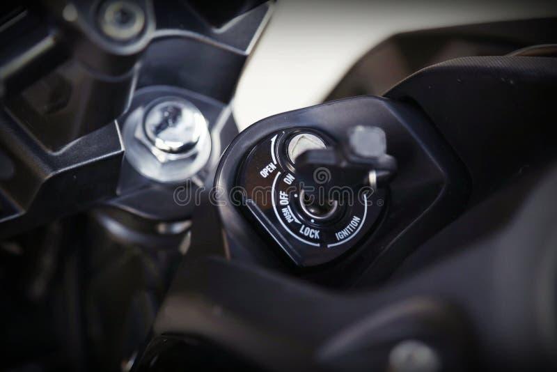 Teil des Motorradkörpers, Geschwindigkeitsmotorsport, schwarzes großes Fahrrad stockfotos